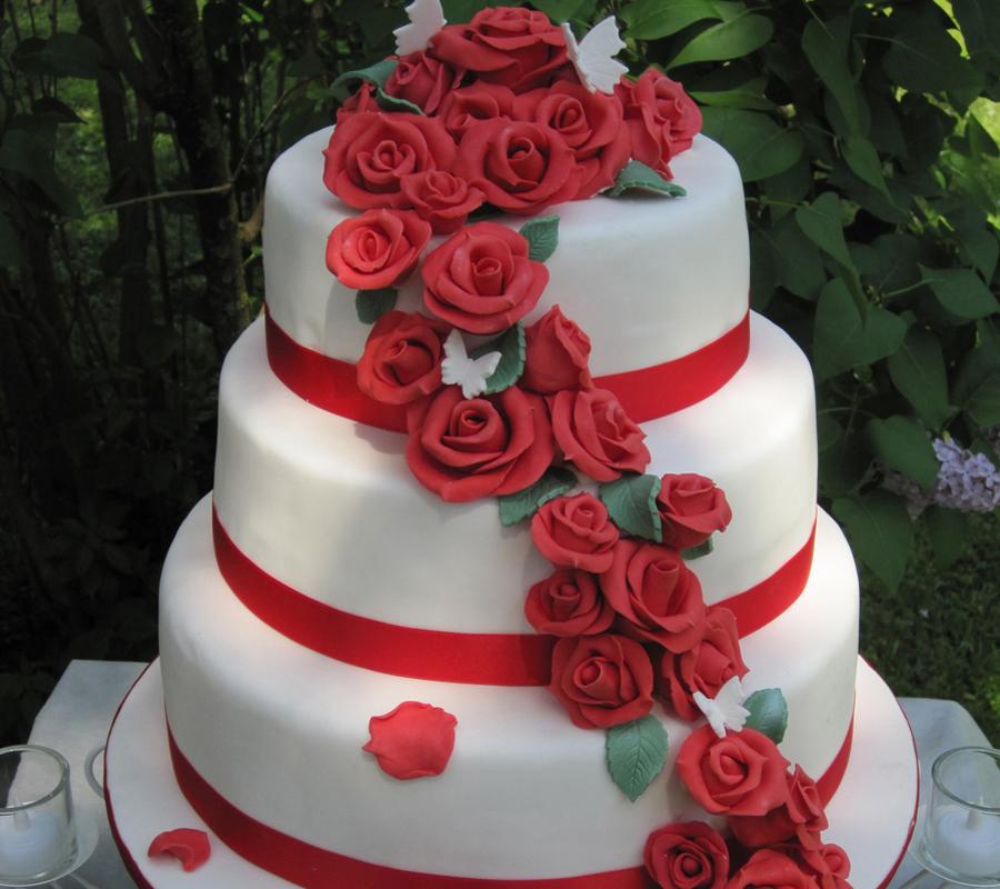 Torta a cappelliera con nastro e rose rossi