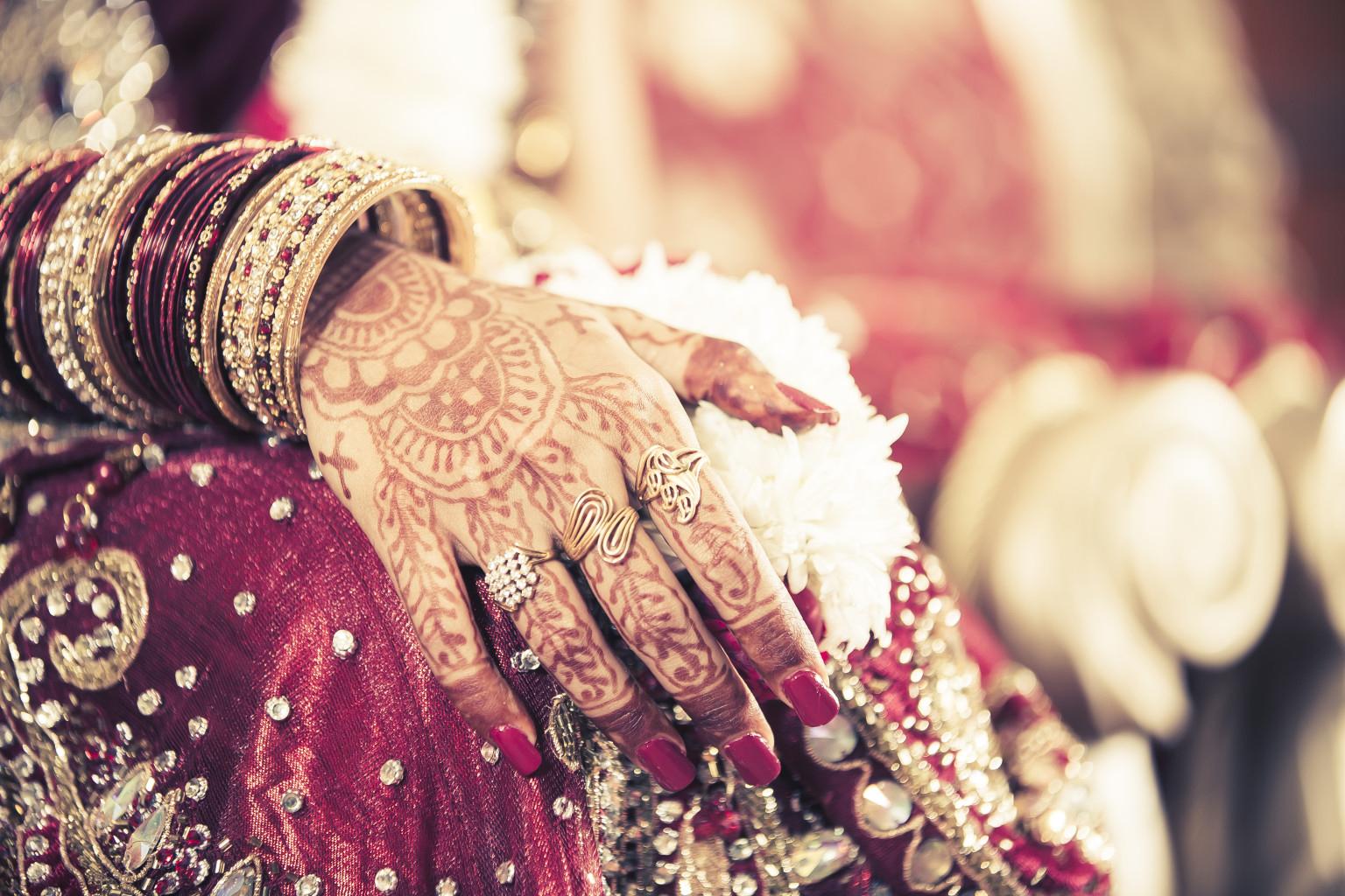Sposa con disegni Mehndi
