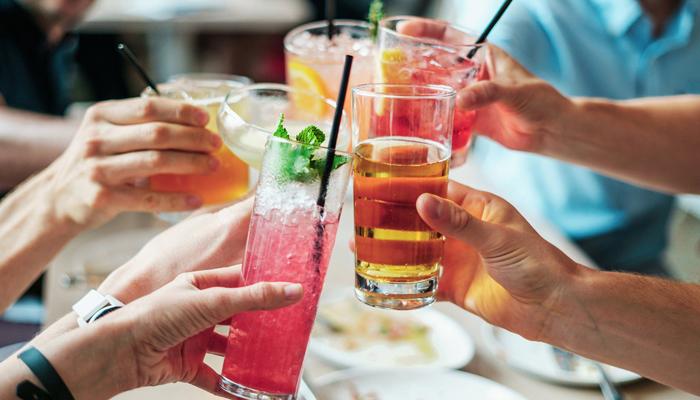 Occhio ad alcolici e bibite zuccherate: non sono d'aiuto!