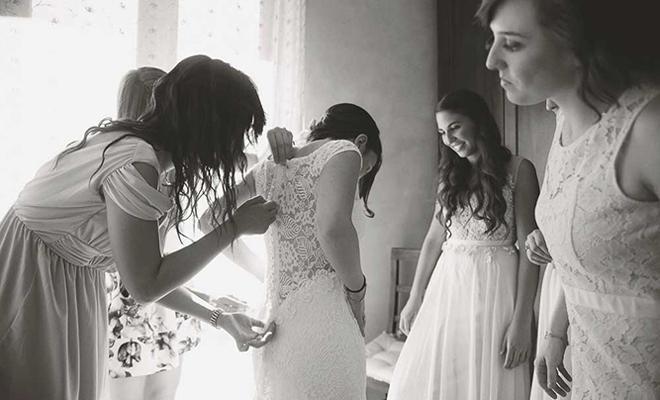 Madri, sorelle, amiche e damigelle vestono la sposa
