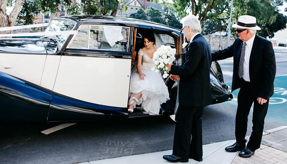 Per scendere dall'auto date la mano al vostro accompagnatore